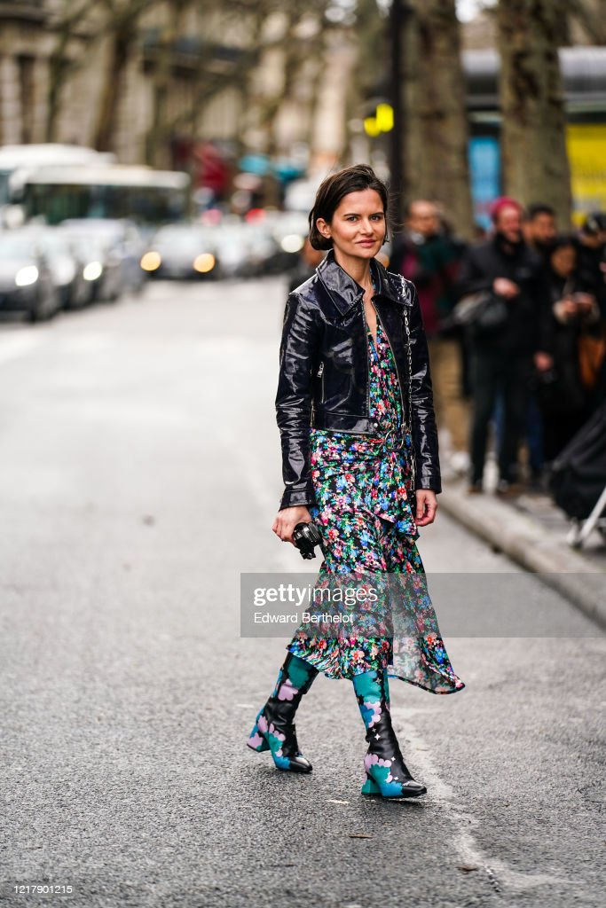 Street Style  - Paris Fashion Week - Womenswear Fall/Winter 2020/2021 : Day Four : Photo d'actualité