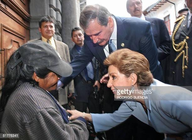 Marta Sahagun , primera dama de Mexico y su esposo el presidente Vicente Fox saludan a una anciana en el centro historico de Quito el 22 de noviembre...