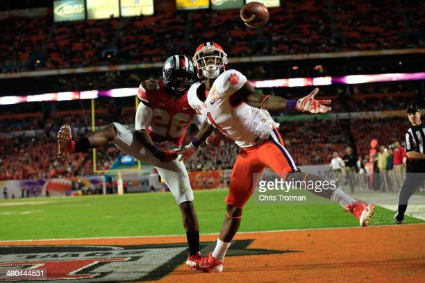 Martavis Bryant of the Clemson Tigers catches a touchdown in the third quarter against Armani Reeves of the Ohio State Buckeyes during the Discover...