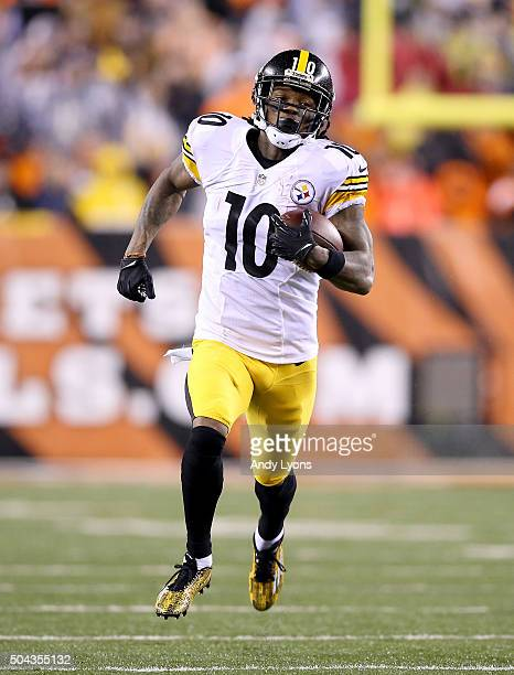 Martavis Bryant of the Pittsburg Steelers runs with the ball against the Cincinnati Benglas at Paul Brown Stadium on January 9 2016 in Cincinnati Ohio