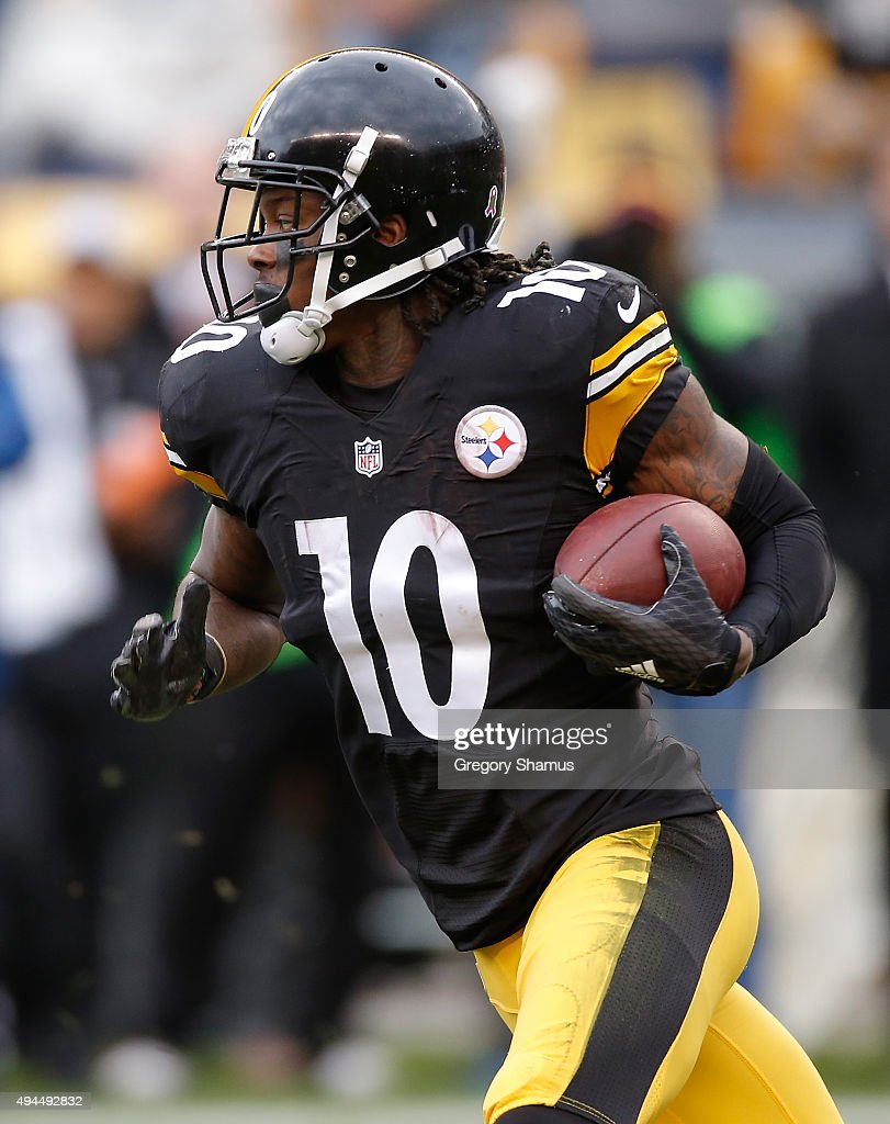 Martavis Bryant #10 of the Pittsburgh Steelers carries the ball against the Arizona Cardinals at Heinz Field on October 18, 2015 in Pittsburgh, Pennsylvania.