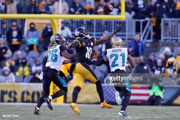 Martavis Bryant of the Pittsburgh Steelers reaches for a pass defended by AJ Bouye and Jarrod Wilson of the Jacksonville Jaguars during the second...