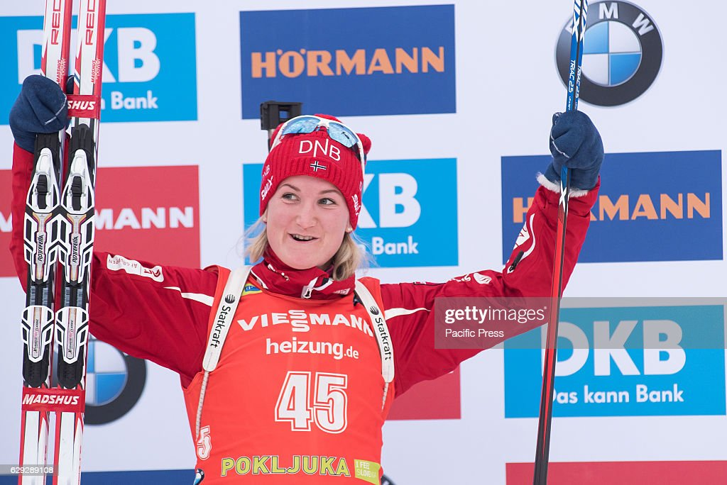 Marte Olsbu of Norway on podium celbrating her third place... : Foto jornalística