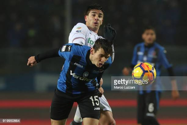 Marten De Roon of Atalanta BC competes for the ball with Giovanni Simeone of ACF Fiorentina during the serie A match between Atalanta BC and ACF...