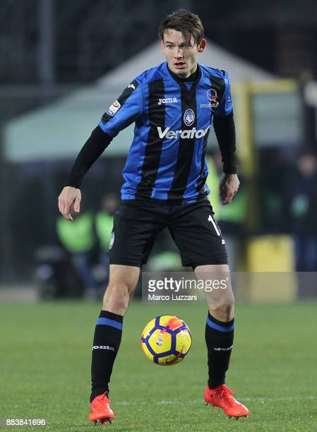 Marten De Roon of Atalanta BC in action during the Serie A match between Atalanta BC and Benevento Calcio at Stadio Atleti Azzurri d'Italia on...
