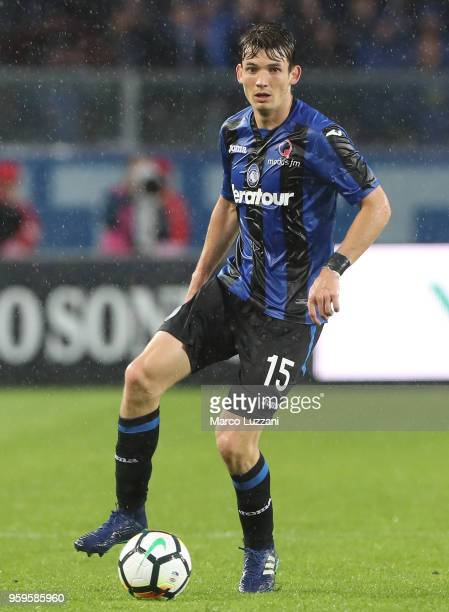 Marten De Roon of Atalanta BC in action during the serie A match between Atalanta BC and AC Milan at Stadio Atleti Azzurri d'Italia on May 13 2018 in...