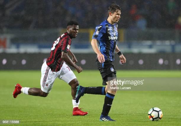 Marten De Roon of Atalanta BC is challenged by Franck Kessie of AC Milan during the serie A match between Atalanta BC and AC Milan at Stadio Atleti...