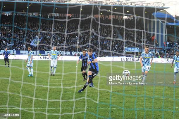 Marten De Roon of Atalanta BC scores a goal from the penalty spot during the serie A match between Spal and Atalanta BC at Stadio Paolo Mazza on...