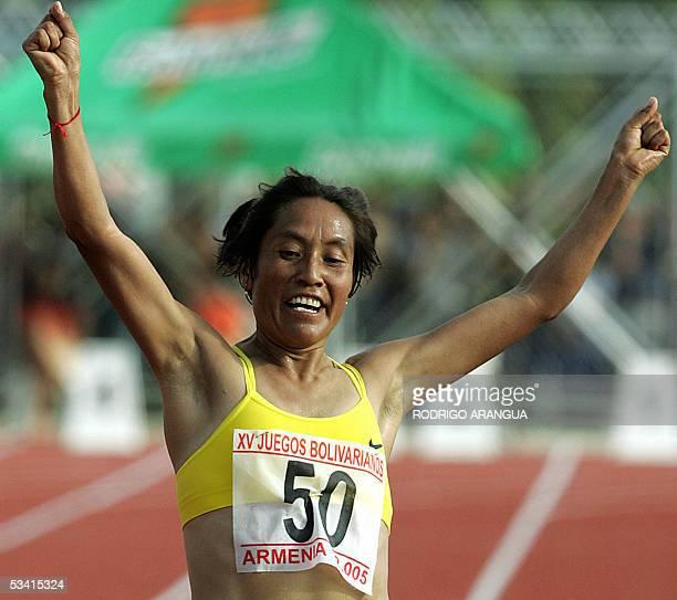 Martha Tenorio de Ecuador cruza la meta de los 10000 metros planos para ganar la medalla de oro en los XV Juegos Bolivarianos el 18 de agosto de 2005...