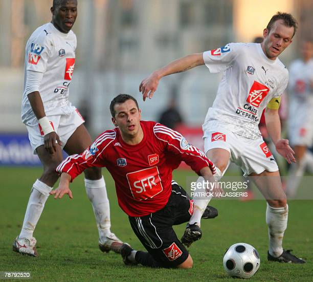 Martigues' forward Guillaume Boronad vies with Rennes' forward Oilivier Sorlin during their French cup football match 06 January 2008 at the...
