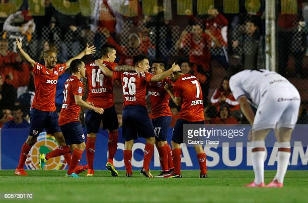Martin Benitez of Independiente celebrates with teammates after scoring the opening goal during a match between Independiente and Lanus as part of...