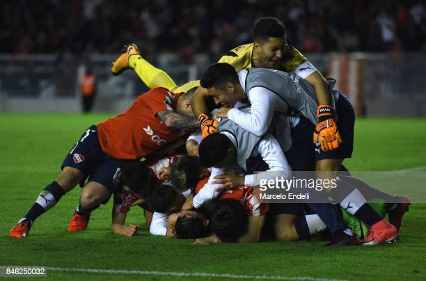 Martin Benitez of Independiente celebrates with teammates after scoring the second goal of his team during a second leg match between Independiente...