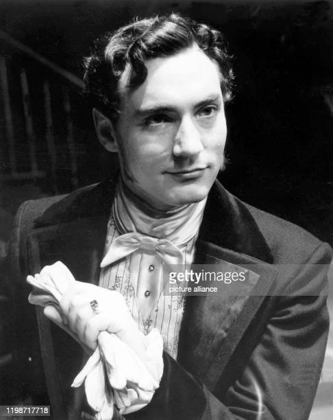 """Martin Benrath im Mai 1955 als Morris Townsend im Schauspiel """"Die Erbin"""" nach dem Roman """"Washington Square"""", das am Stadttheater Duisburg und im..."""