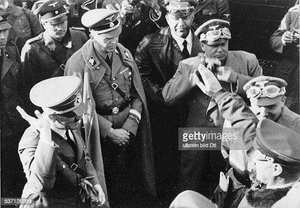 Martin BormannAdolf Hitler Julius SchaubHans Heinrich LammersHans Heinrich Lammers Politiker NSDAP D nimmt die Meldung eines Angehörigen der...