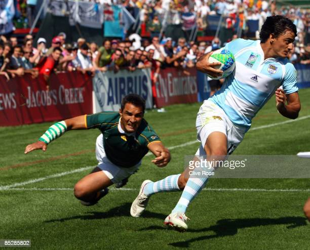 Martin Bustos Moyano of Argentina dodges a tackle to score the winning try during the QuarterFinal match between South Africa and Argentina at the...