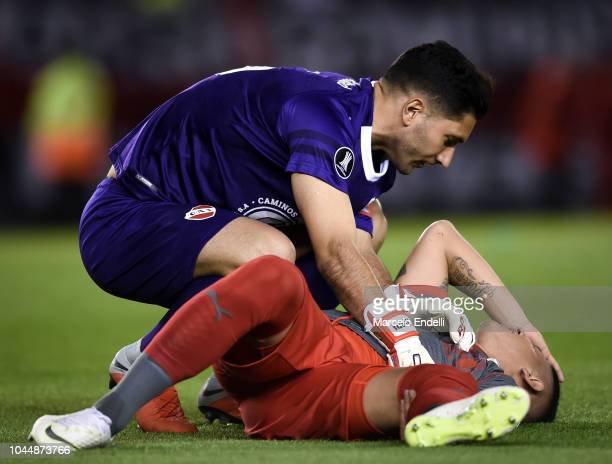 Martin Campaña goalkeeper of Independiente attends his teammate Alan Franco during a quarter final second leg match of Copa CONMEBOL Libertadores...