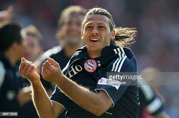 Martin Demichelis of Muenchen celebrates after scoring his team's second goal during the Bundesliga match between Energie Cottbus and Bayern Muenchen...