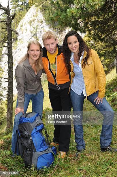 Martin Gruber Stephanie Stumph Stefanie von Poser ZDFSerie Die Bergwacht Ramsau am Dachstein Steiermark Österreich Europa Alm umarmen Rucksack...