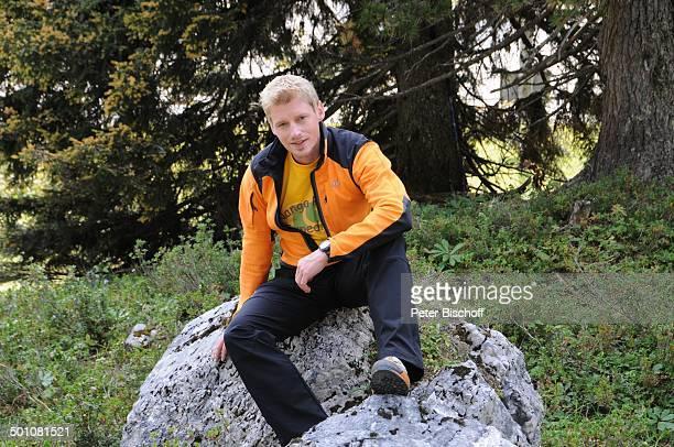Martin Gruber ZDFSerie Die Bergwacht Ramsau am Dachstein Steiermark Österreich Europa Gebirge Alm Uniform Kletterer Sport Ganzkörper Schauspieler...