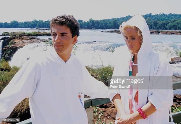 Martin Halm Renate Langer neben den Dreharbeiten zur ZDFReihe Traumschiff Folge 15 Brasilien Episode 13 IguacuWasserfälle im Dreiländereck Brasilien...