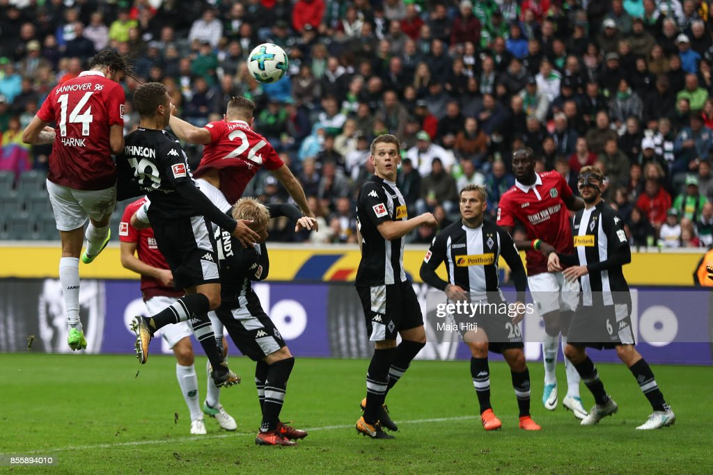Martin Harnik #14 scores the equalizing goal to make it 1-1 during the Bundesliga match between Borussia Moenchengladbach and Hannover 96 at Borussia-Park on September 30, 2017 in Moenchengladbach, Germany.