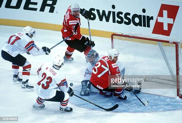WM 2001 Hannover NORWEGEN KANADA 05 Martin KNOLD Mats TRYGG/NORWEGEN Brad ISBISTER Wes WALZ/KANADA TORWART Bjorge JOSEFSEN/NOWEGEN
