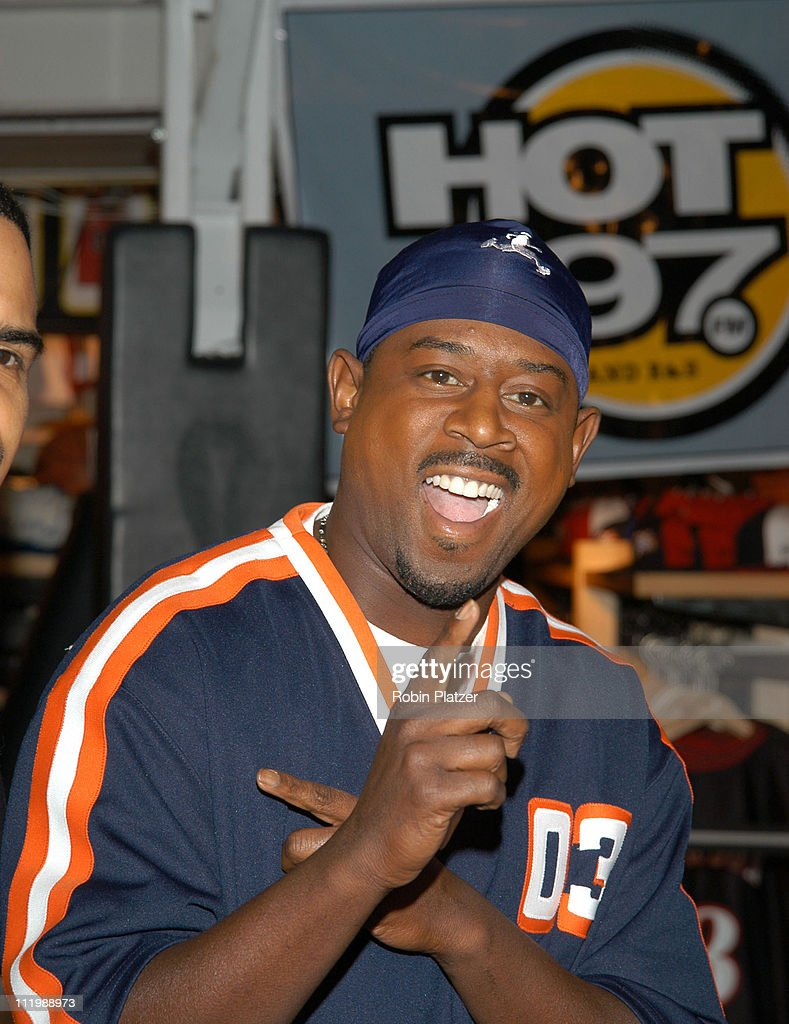 Martin Lawrence in store game with security guards