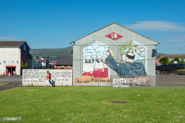 fresque de martin luther à hopewell crescent, belfast, en irlande du nord - belfast murals photos et images de collection