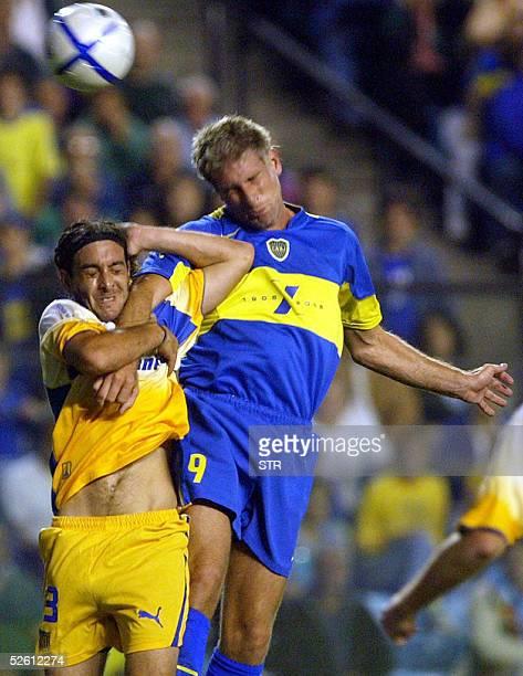 Martin Palermo de Boca Juniors cabecea ante la marca de German Rivarola de Rosario Central en Buenos Aires el 10 de abril de 2005 durante la octava...