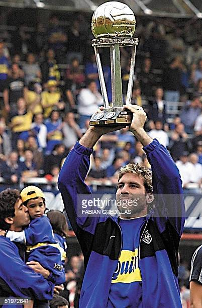 Martin Palermo shows the crowd the Intercontinental Cup trophy 03 December 2000 for the Boca Juniors in Buenos Aires Martin Palermo muestra al...