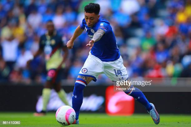 Martin Rodriguez of Cruz Azul drives the ball during the 13th round match between Cruz Azul and America as part of the Torneo Apertura 2017 Liga MX...