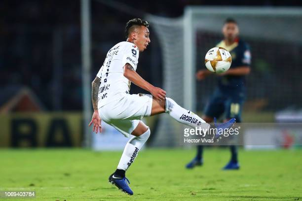 Martin Rodriguez of Pumas controls the ball during the semifinal first leg match between Pumas UNAM and America as part of the Torneo Apertura 2018...