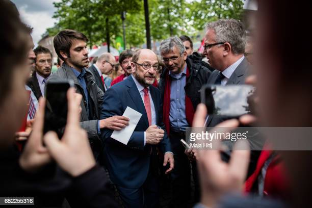 Martin Schulz leader of the German Social Democrats talks to supporters during his SPD campaign prior state elections in North RhineWestphalia on May...