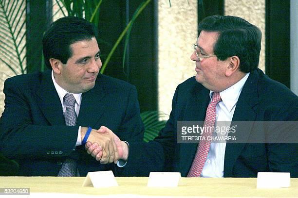 Martin Torrijos presidente de Panama estrecha la mano del peruano Alejandro Miro Quesada presidente de la Sociedad Interamericana de Prensa luego de...