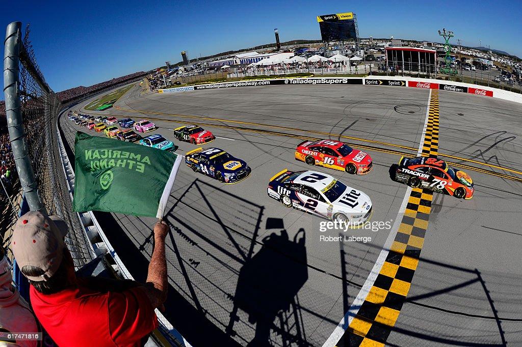 NASCAR Sprint Cup Series Hellmann's 500 : News Photo