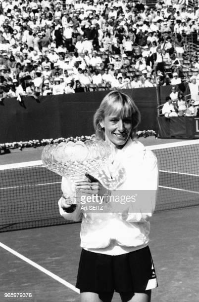Martina Navratilova avec son trophée sur le terrain du tournoi de tennis Lipton le 17 février 1985 à Delray Beach Etats Unis