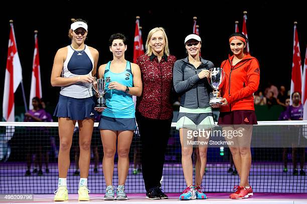 Martina Navratilova poses with Garbine Muguruza of Spain Carla Suarez Navarro of Spain Martina Hingis of Switzerland and Sania Mirza of India after...