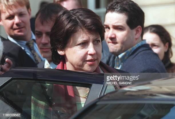 Martine Aubry, ministre de l'Emploi et de la Solidarité, quitte, le 30 avril le palais de l'Elysée à Paris, à l'issue du conseil des ministres au...