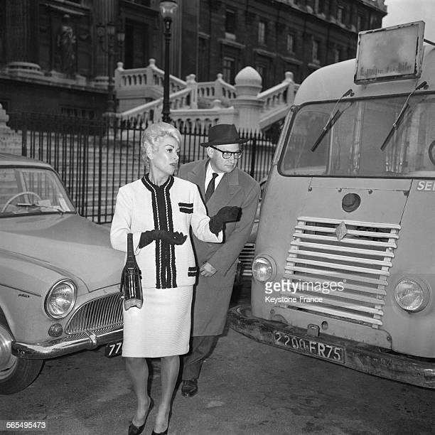 Martine Carol quittant le Palais de Justice en compagnie de Maître Floriot après l'audience de conciliation à Paris France le 25 octobre 1961