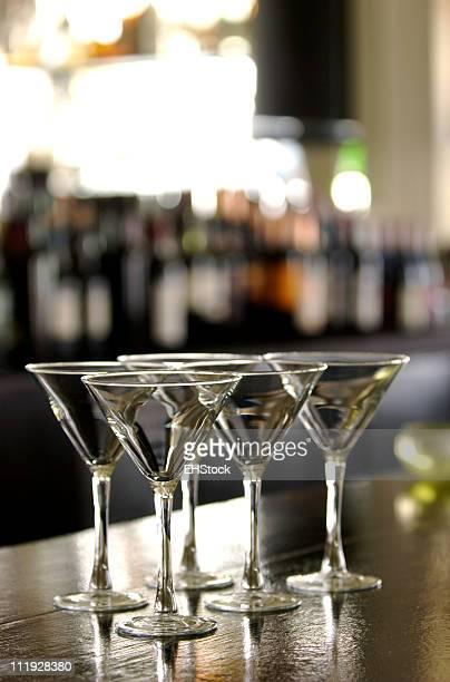 Martini-Gläser auf Bar