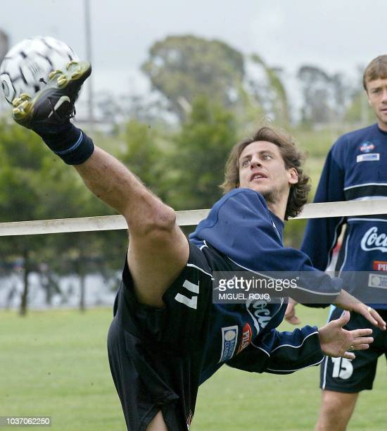 Martín Parodi patea un balón durante una práctica de la selección uruguaya de fútbol el 15 de noviembre de 2004 en Montevideo Uruguay enfrentará a...