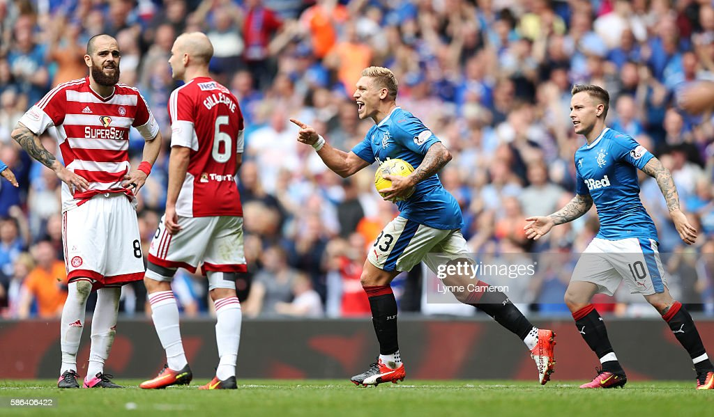Martyn Waghorn of Rangers celebrates scoring the equalising goal during the Ladbrokes Scottish Premiership match between Rangers and Hamilton Academical at Ibrox Stadium on August 6, 2016 in Glasgow, Scotland.