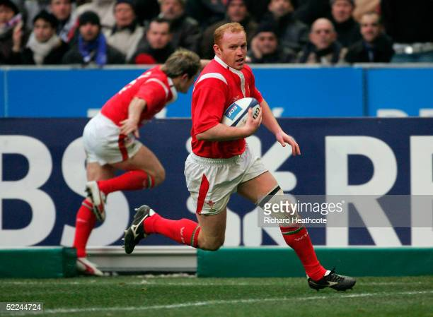 Martyn Williams of Wales runs in to score his first try during the RBS Six Nations match between France and Wales at Stade de France on February 26...