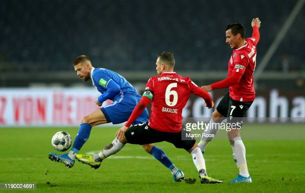 Marvin Bakalorz of Hannover challenges Tobias Kempe of Darmstadt during the Second Bundesliga match between Hannover 96 and SV Darmstadt 98 at...