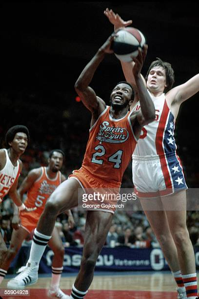 Marvin Barnes of the American Basketball Association Spirits of St Louis attempts a shot while defended by Billy Paultz of the New York Nets at...