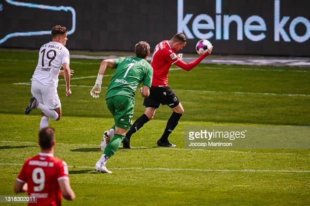 Marvin Ducksch of Hannover 96 scores a 1st goal for his team during the Second Bundesliga match between FC St. Pauli and Hannover 96 at Millerntor...