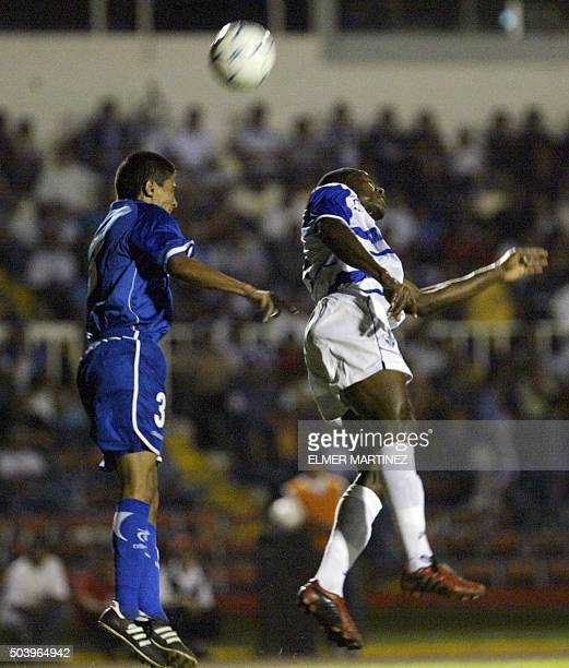Marvin Gonzales de la seleccion de El Salvador disputa la pelota con Wilson Palacios de Honduras durante un partido amistoso en preparacion para las...