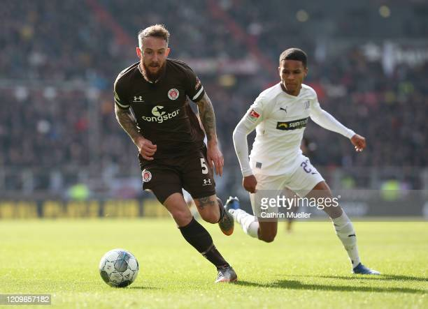 Marvin Knoll of FC St. Pauli and Felix Agu of VfL Osnabrueck battle for the ball during the Second Bundesliga match between FC St. Pauli and VfL...