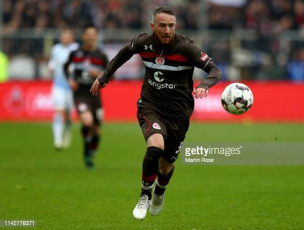 Marvin Knoll of St Pauli runs with the ball during the Second Bundesliga match between FC St Pauli and DSC Arminia Bielefeld at Millerntor Stadium on...