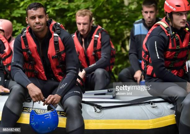 Marvin Matip hoert sich die Einweisung an bei einer Raftingtour auf der Saalach zur Teambuilding und Saisonvorbereitung am 06 Juli 2016 bei Lofer